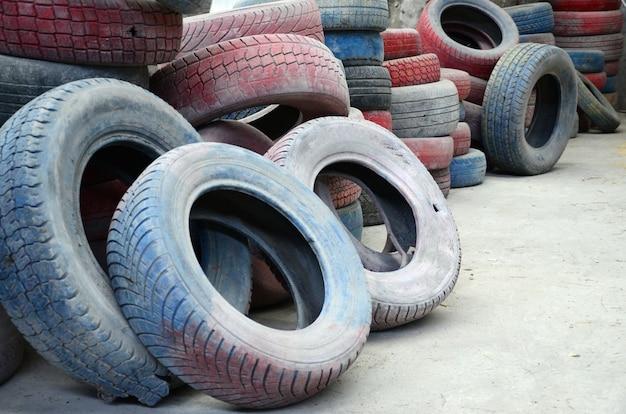Een foto van veel oude gebruikte banden die op een afvalstortplaats zijn achtergelaten