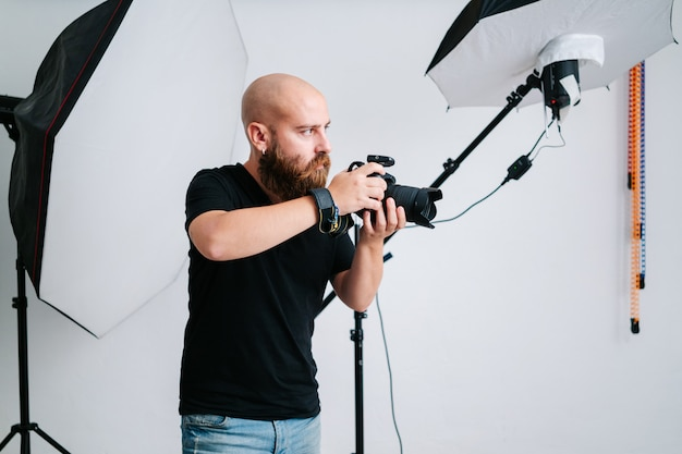 Een fotograaf met camera in studio