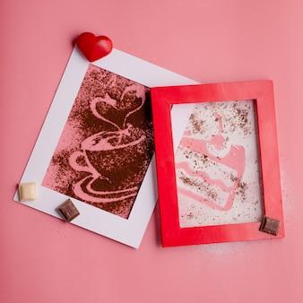 Een fotolijst met hart en koffiesilhouet van koffie en poedersuiker op roze achtergrond