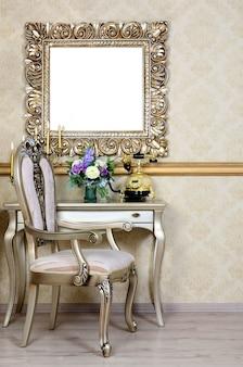 Een fragment van een retro interieur met een stoel en een tafel, waarop een telefoon en een vaas met bloemen