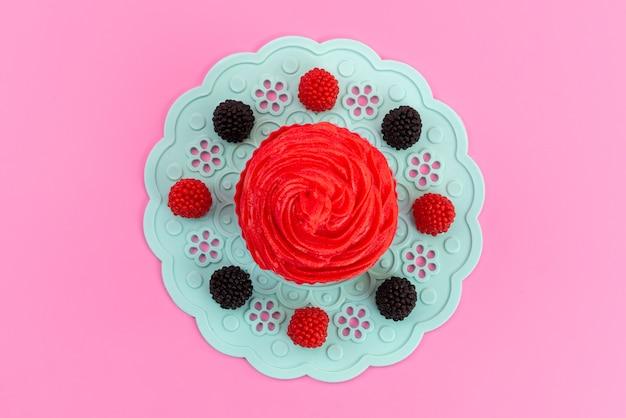 Een frambozencake van bovenaanzicht met heerlijke room op roze, cakekoekkleur