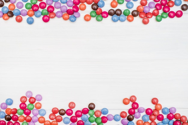 Een frame gemaakt van gekleurd caramel snoep