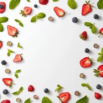 Een frame gemaakt van rijpe zoete helften van aardbeien, bosbessen en muntblaadjes
