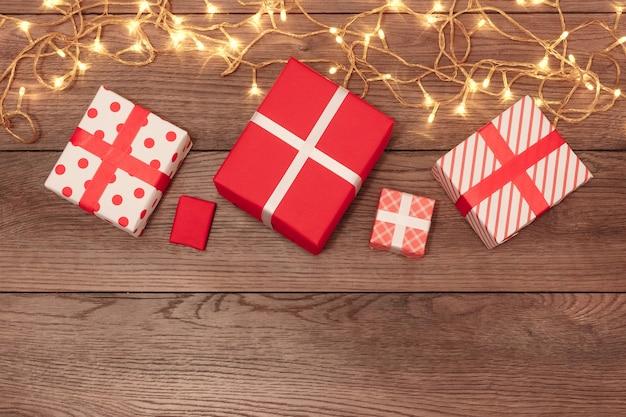 Een frame van kerstversiering en geschenken op een houten tafel. vakantie kerstmis. copyspace. uitzicht van boven.