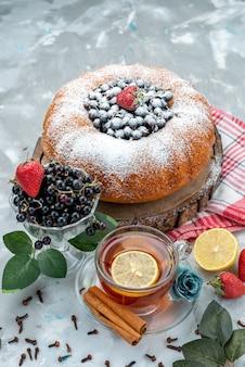 Een fruitcake van bovenaanzicht, heerlijk en rond gevormd met vers blauw, bessen op donker, cake biscuit zoete suiker
