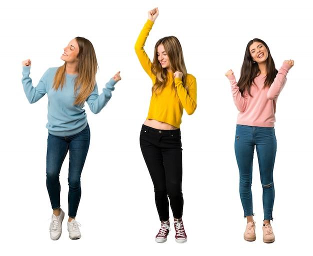 Een full-length shot van een groep mensen met kleurrijke kleding die een overwinning viert