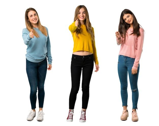 Een full-length shot van een groep mensen met kleurrijke kleding handen schudden voor het sluiten van een