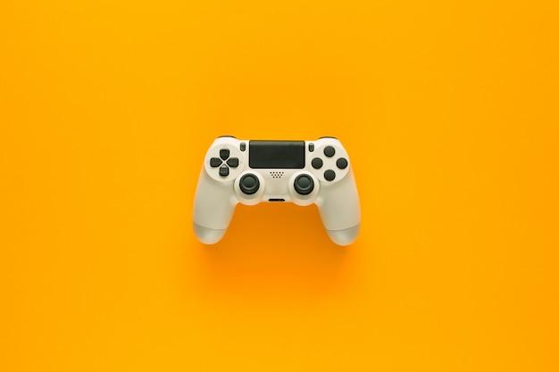 Een gamepad op een gele tafel