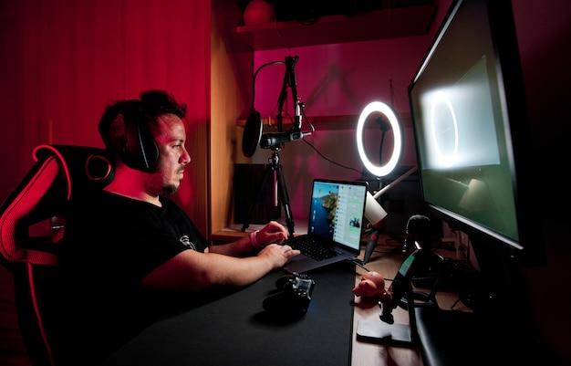 Een gamer die live speelt en streamt met microfoons en camera's
