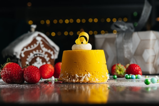 Een gastronomisch dessert van mango-moussecake