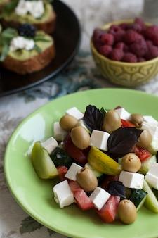 Een gastronomische lunch: sandwiches met guacamole, frambozen en een griekse salade.