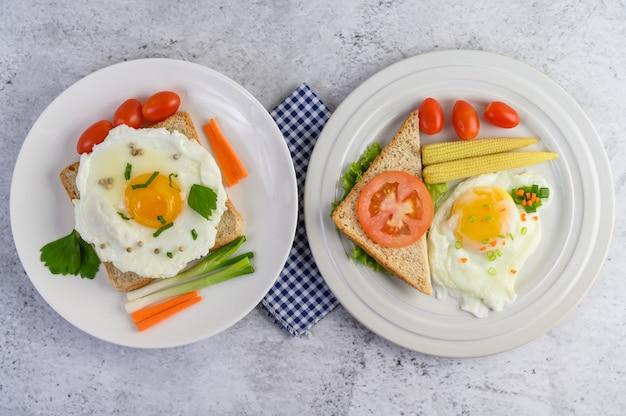 Een gebakken ei tot op een toast, gegarneerd met peper zaden met wortelen, baby maïs en lente-uitjes.
