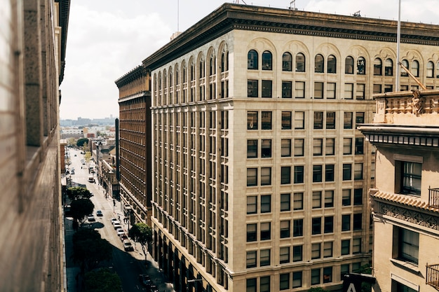 Een gebouw in een stad