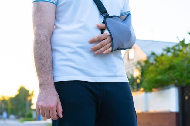 Een gebroken arm zit in het gips en een verband