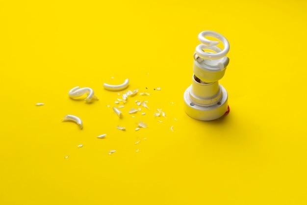 Een gebroken gecrashte gloeilamp geïsoleerd, een concept van zakelijk probleem en faillissement