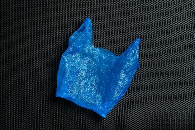 Een gebruikt plastic zakpakket geïsoleerd plat ontwerp, milieuafval. ecologische ramp