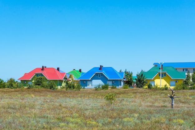 Een gedeelte van kleurrijke rijtjeshuizen in een badplaats in het westen van het land