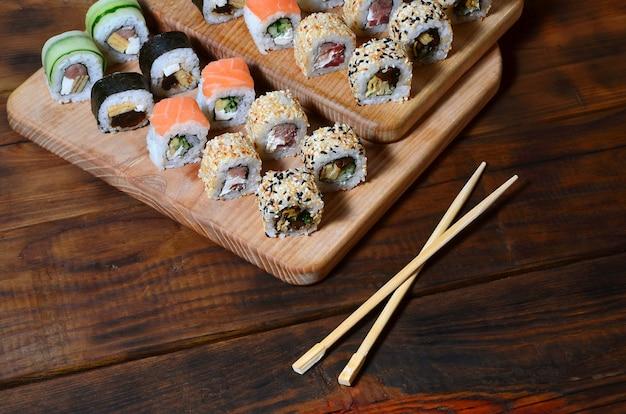 Een gedetailleerd schot van een reeks japanse sushi rolt