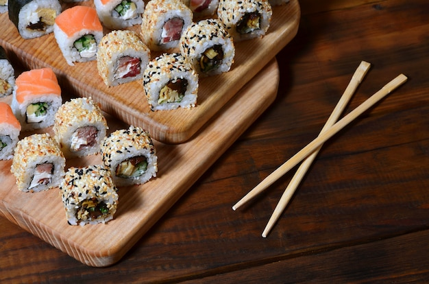 Een gedetailleerde opname van een set japanse sushi-broodjes en een apparaat