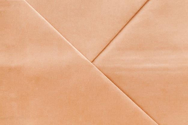 Een geelachtige zak gemaakt van gerecycled papier om milieuschade te voorkomen, een papieren zak gemaakt van gerecycled oud papier