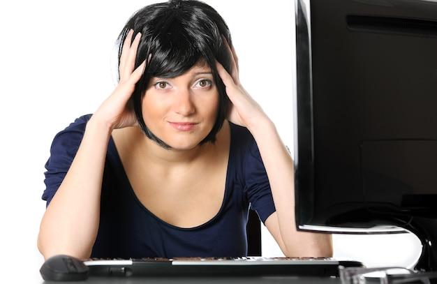 Een gefrustreerde jonge zakenvrouw op een witte achtergrond