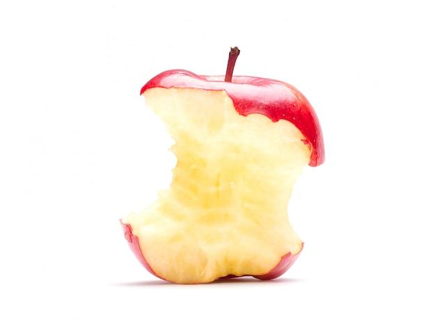 Een gegeten rode appel die op witte muur met het knippen van weg wordt geïsoleerd.