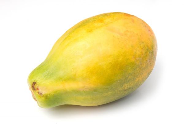 Een geïsoleerd papayafruit