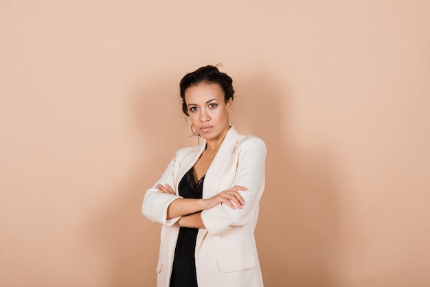Een geïsoleerd schot van een gelukkige zwarte zakenvrouw in studio, notebook, smartphone
