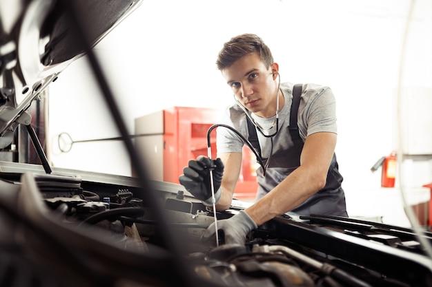 Een gekwalificeerde automonteur is op zoek naar bugs.