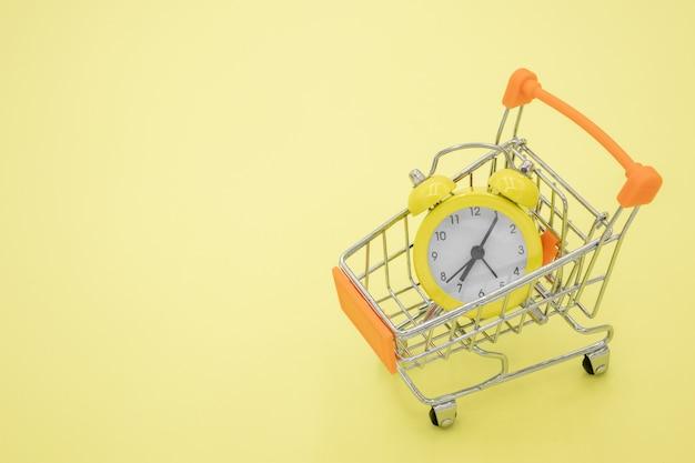 Een gele klok op een kar in een geel