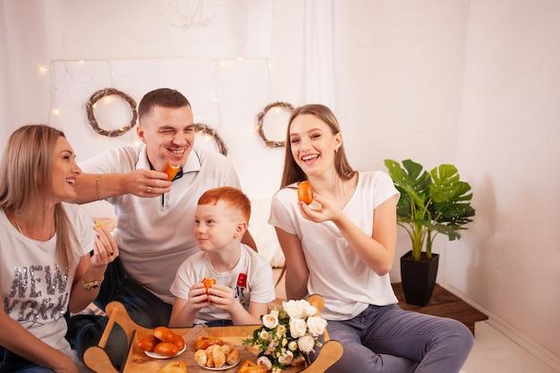 Een gelukkig gezin lacht en eet snoep