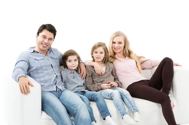 Een gelukkig gezin met kinderen op de geïsoleerde bank