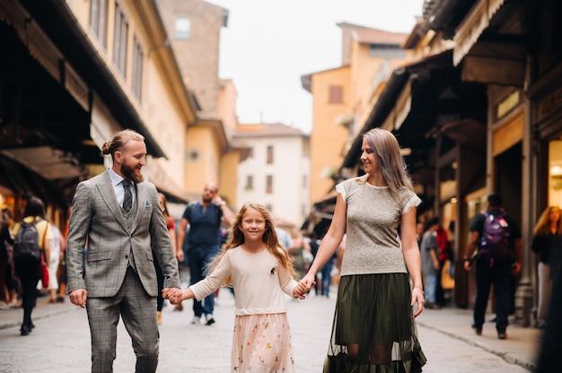 Een gelukkig gezin van drie wandelen in florence.familiewandeling van de familie in italy.toscane.