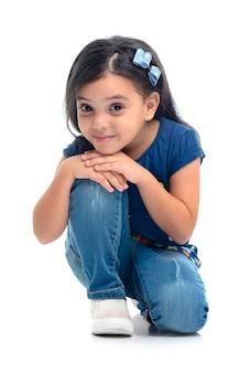 Een gelukkig jong modelmeisje geïsoleerd stellen