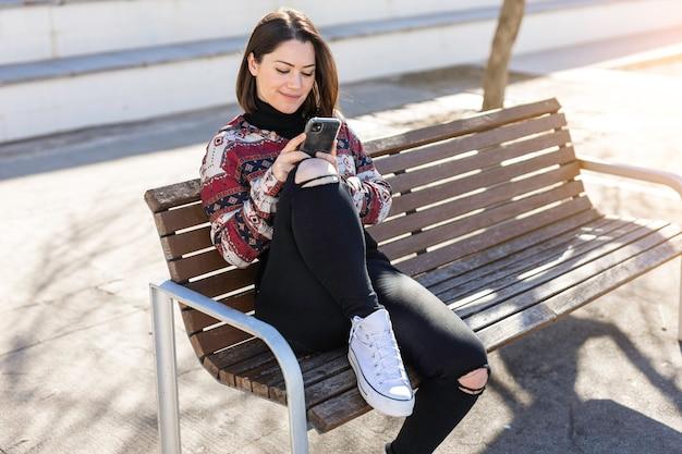 Een gelukkig meisje chatten op haar mobiele telefoon
