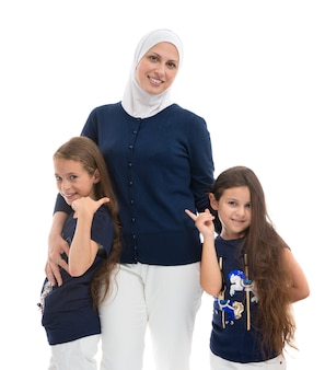 Een gelukkig moslimvrouwenfamilie, moeder en haar dochters