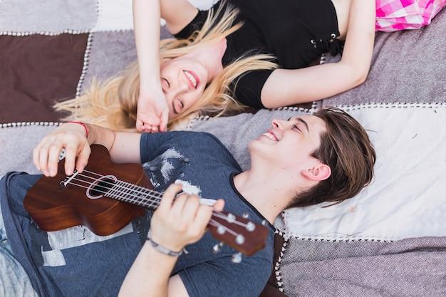 Een gelukkig verliefd stel ontspant op een picknick