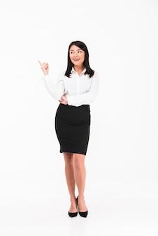 Een gelukkige aziatische zakenvrouw