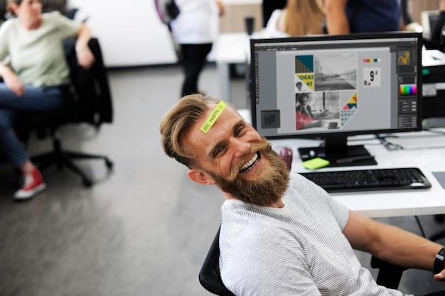 Een gelukkige baardman op kantoor