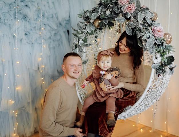 Een gelukkige familie poseren