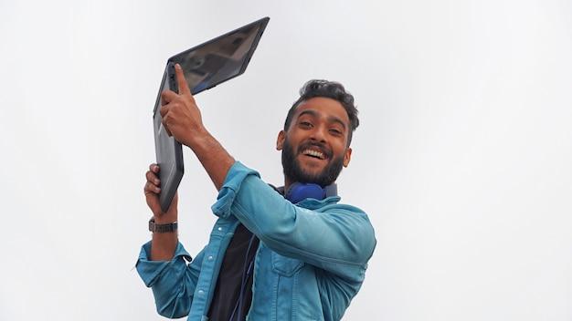 Een gelukkige jonge student met zijn laptop beurzenbeeld