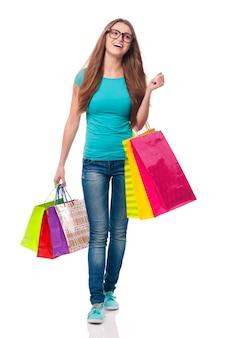 Een gelukkige vrouw is tevreden met winkelen