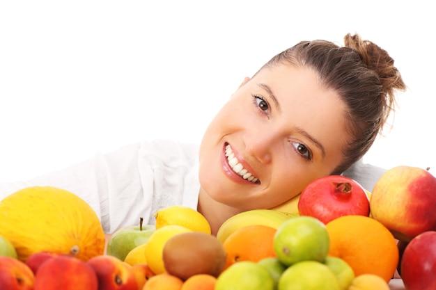 Een gelukkige vrouw met fruit op witte achtergrond