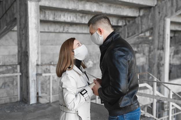 Een gemaskerde man en vrouw omarmen