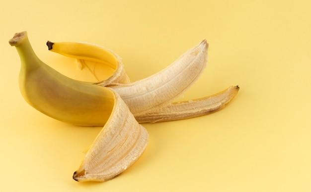 Een gepelde gele banaan