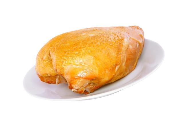 Een gerookte kip op plaat. geïsoleerd over wit.