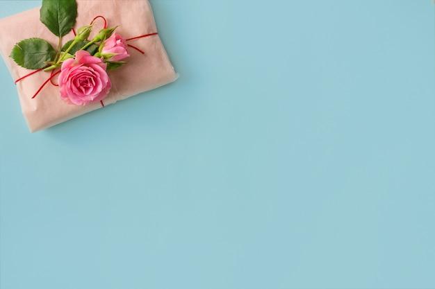 Een geschenk en een roos op een blauwe achtergrond