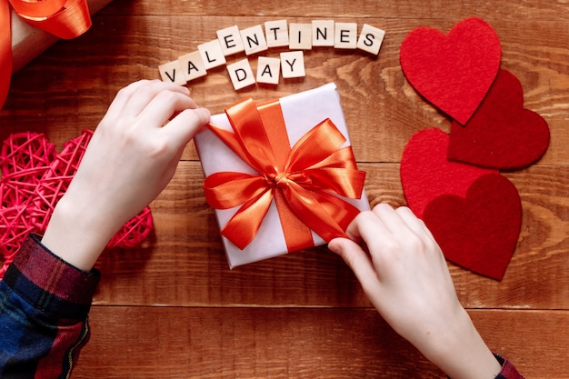 Een geschenk met een rood lint voor valentijnsdag