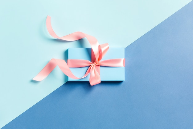 Een geschenkdoos op een kleurentafel.