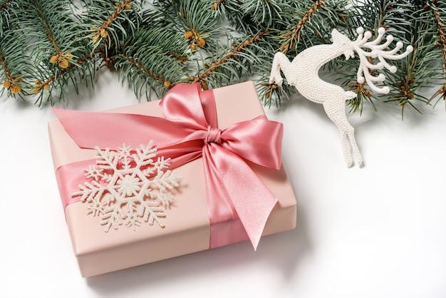 Een geschenkdoos, versierd met een lint met een strik en een sneeuwvlok